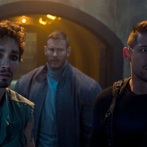 Foto David Castañeda, Robert Sheehan, Tom Hopper