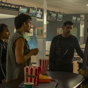 Foto David Castañeda, Emmy Raver-Lampman, Robert Sheehan, Tom Hopper