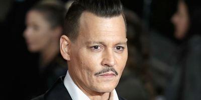 Johnny Depp é acusado de agredir membro da equipe em set de filmagens