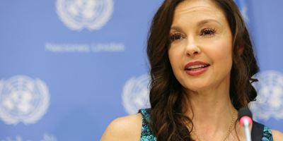 Ashley Judd, vítima de Harvey Weinstein, celebra prisão do acusado de abuso sexual e estupro