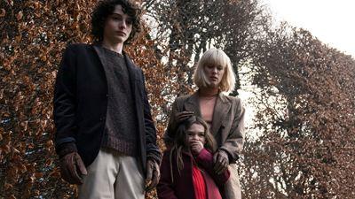 Finn Wolfhard é um garoto estranho no trailer do terror Os Órfãos