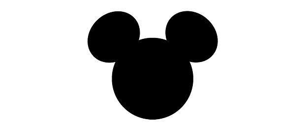 Adolescente em orelhas de mickey mouse