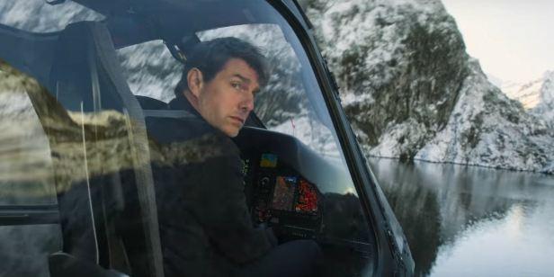 Tom Cruise aparece pendurado em helicóptero em nova foto de Missão Impossível - Efeito Fallout