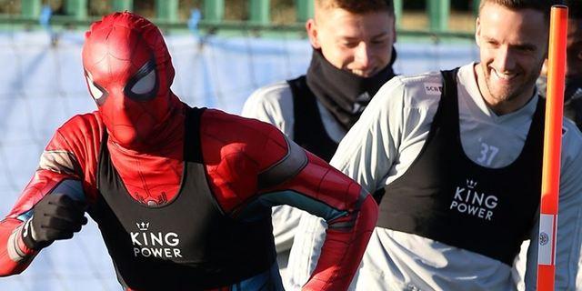 Homem-Aranha no... futebol inglês? Jogador se veste como o herói para animar treino