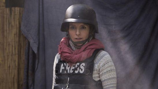 Tina Fey e Margot Robbie conhecem o lado descontraído da guerra no trailer legendado de Uma Repórter em Apuros