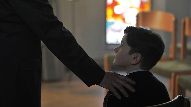Graças a Deus: Vítimas se unem para denunciar padre pedófilo em trailer legendado (Exclusivo)