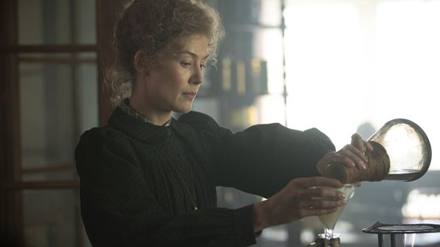 Radioactive: Rosamund Pike vive a cientista Marie Curie no trailer da biografia