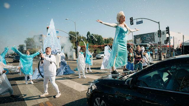 Kristen Bell, Idina Menzel, Josh Gad e Jonathan Groff recriam Frozen no meio da rua
