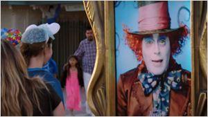 Johnny Depp faz pegadinha com visitantes da Disney como Chapeleiro Maluco