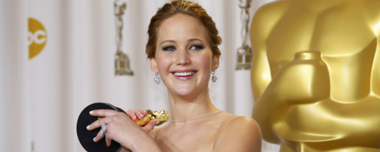 EGO - Jennifer Lawrence leva tombo ao ganhar premio no Oscar ...