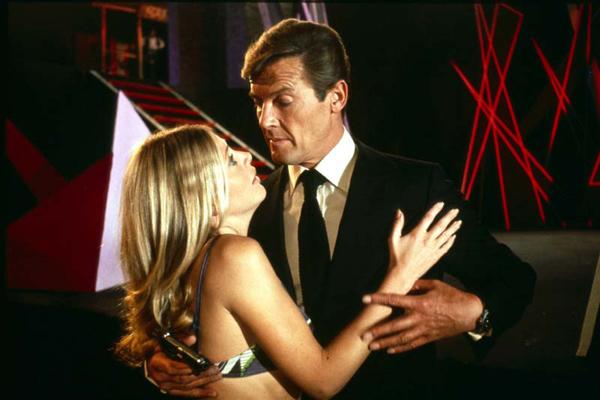 007 Contra o Homem com a Pistola de Ouro : Foto Britt Ekland, Roger Moore
