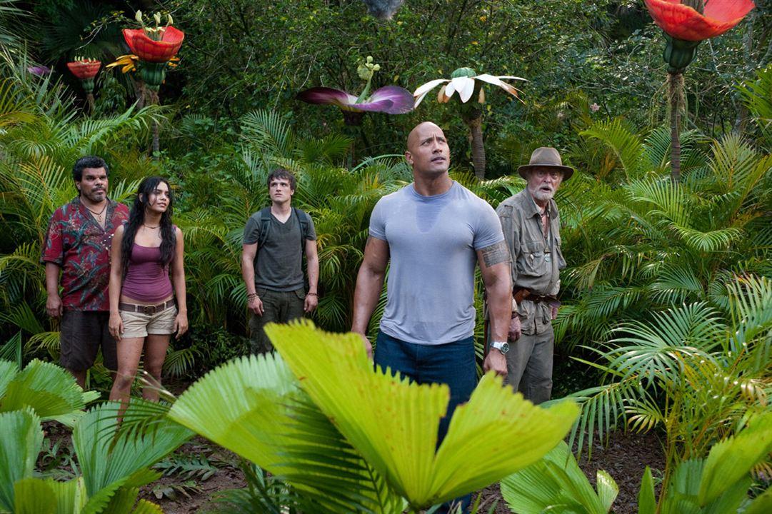 Viagem 2 - A Ilha Misteriosa : Foto Brad Peyton, Dwayne Johnson, Josh Hutcherson, Luis Guzman, Michael Caine
