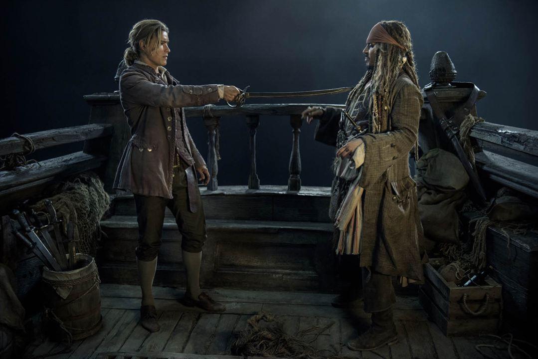 Piratas do Caribe - A Vingança de Salazar : Foto Brenton Thwaites, Johnny Depp