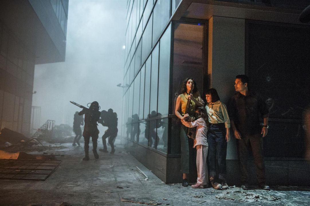 Extinção: Lizzy Caplan, Michael Peña