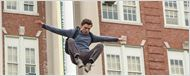 Parkour! Tom Holland foge da escola pelos ares em foto de Homem-Aranha: De Volta ao Lar