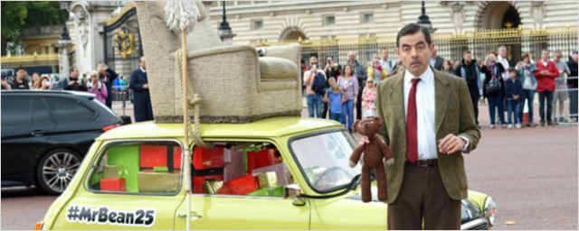 Mr. Bean completa 25 anos e Rowan Atkinson comemora passeando com seu famoso carro em Londres