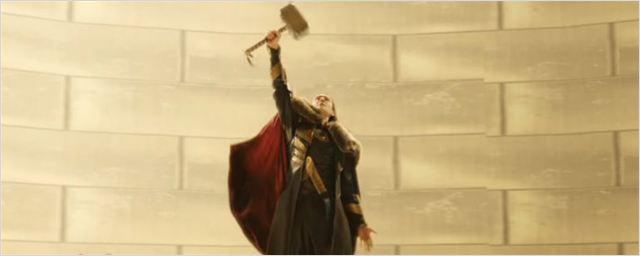 Loki levanta o martelo Mjolnir em cena deletada de Thor: O Mundo Sombrio
