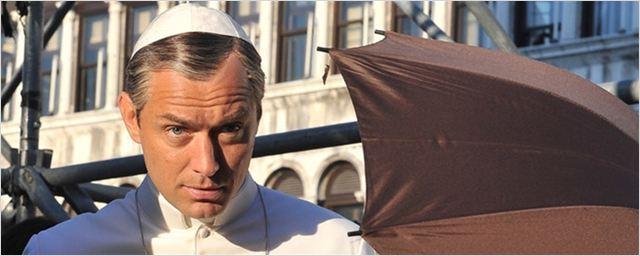 Jude Law surge como papa em novas fotos da série The Young Pope
