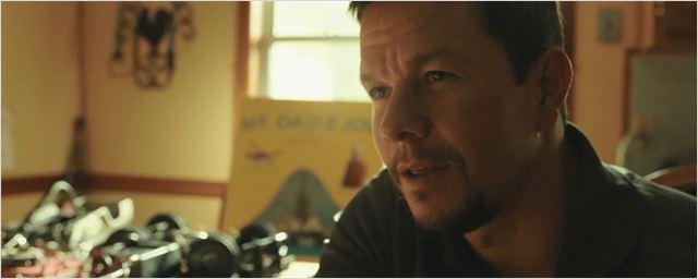 Personagem de Mark Wahlberg explica seu arriscado trabalho para a filha no teaser do drama Deepwater Horizon