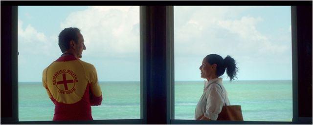 Sonia Braga e Irandhir Santos conversam à beira mar em cena de Aquarius, de Kleber Mendonça Filho
