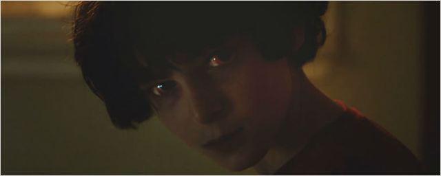 Exclusivo: Aaron Eckhart tenta exorcizar um garotinho no trailer legendado de Dominação