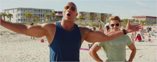 Dwayne Johnson protege sua praia (e troca farpas com Zac Efron) no trailer de Baywatch