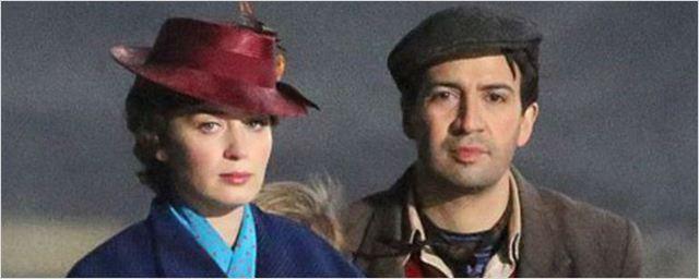 Emily Blunt e Lin-Manuel Miranda andam de bicicleta em novas fotos das gravações de Mary Poppins Returns
