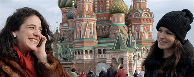Exclusivo: Duas amigas se provocam e conhecem a Rússia em nova cena de Vermelho Russo