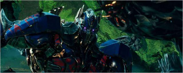 """Optimus Prime vai para o """"Lado Negro da Força"""" em novo trailer de Transformers: O Último Cavaleiro"""