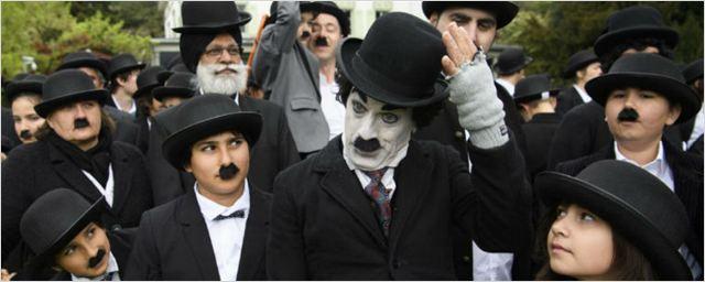 Fãs de Charles Chaplin se vestem de Carlitos para celebrar aniversário de ator e batem recorde