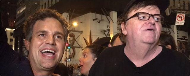 Mark Ruffalo e Michael Moore protestam contra fala de Trump sobre marcha neonazista