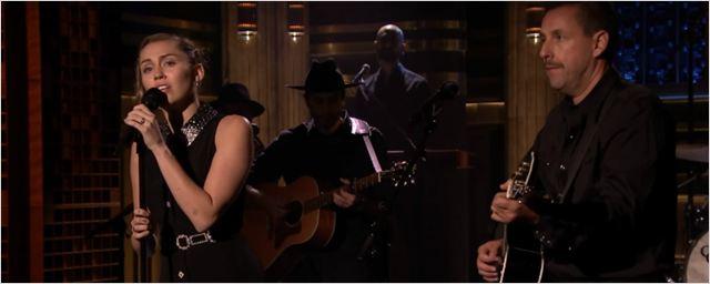 Adam Sandler canta e toca com Miley Cyrus em homenagem às vítimas do massacre de Las Vegas