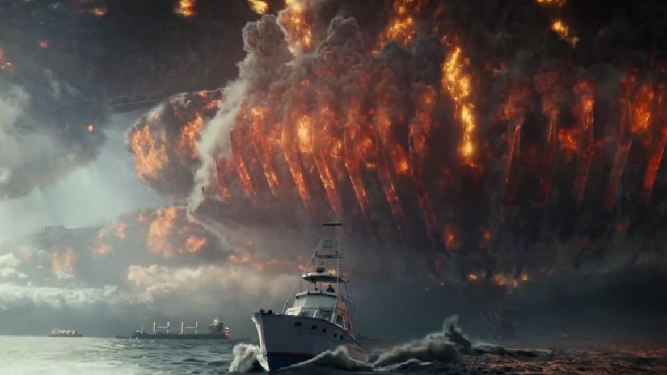 uma nave espacial pegando fogo caindo e um barco fugindo dela