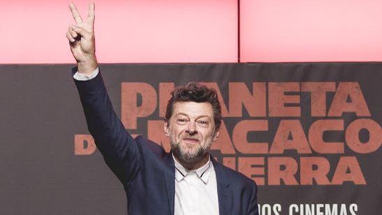 """Andy Serkis fala com fãs e declama """"Garota de Ipanema"""" em evento para promover Planeta dos Macacos: A Guerra"""