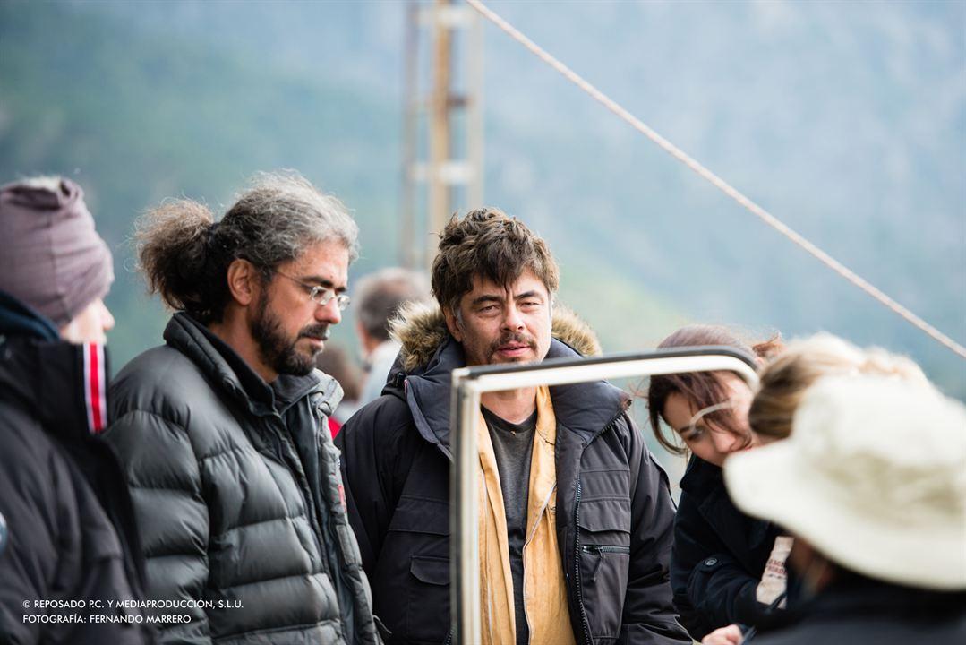 Um Dia Perfeito : Foto Benicio Del Toro, Fernando León de Aranoa